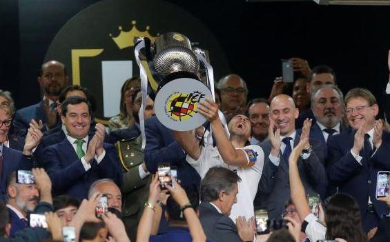 فالنسيا يهين برشلونة ويتوج بطلا لكاس ملك اسبانيا