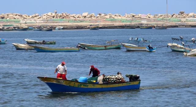 جيش الإسرائيلي يقلص مساحة الصيد من 15 ميل الي 6 اميال