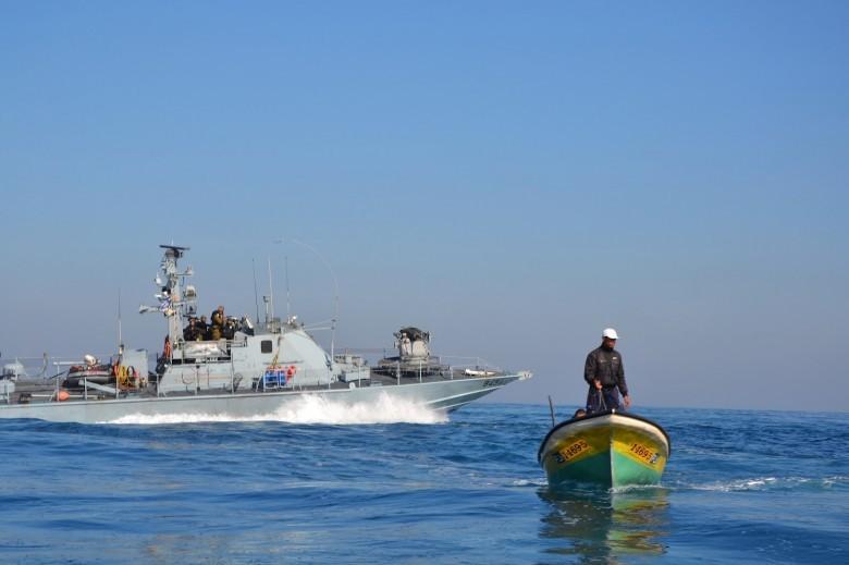 الزوارق الحربية تضرب النار صوب مراكب الصيادين