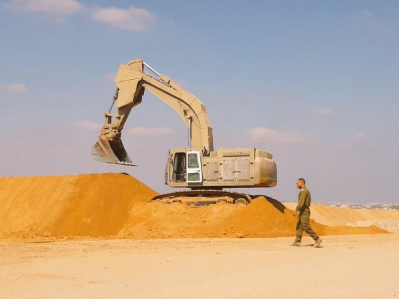 إقامة سواتر رملية على حدود قطاع غزة