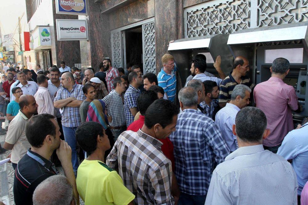 رواتب موظفي السلطة عبر الصراف الآلي في الضفة وقطاع غزة