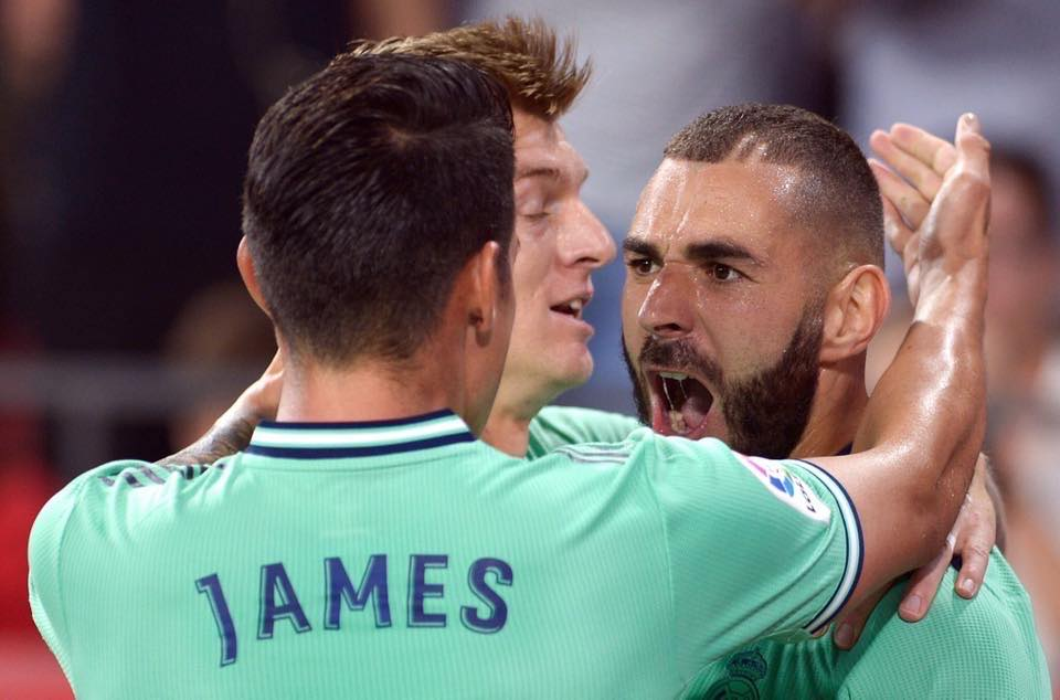 بنزيما يقود ريال مدريد الصدارة بعد الفوز الصعب على اشبيلية