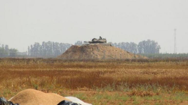 الجيش يلاحق المواطنين شرق خانيونس بإطلاق النار عليهم