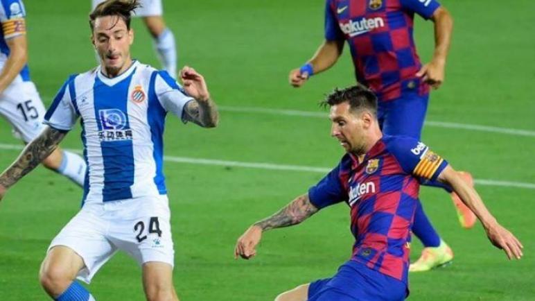 برشلونة يهزم اسبانيول ويواصل مطاردة ريال مدريد على صدارة الليغا