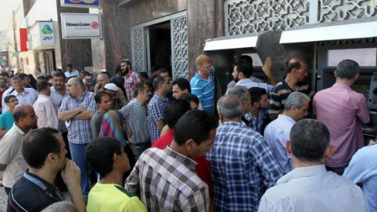 صرف باقي مستحقات موظفي السلطة في غزة والضفة