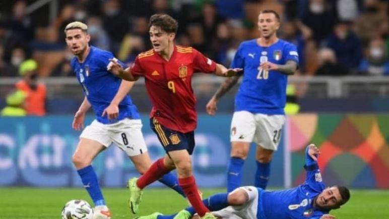 إسبانيا تثأر من إيطاليا بالفوز بثنائية في عقر دارهم